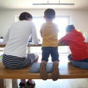 Eltern sollen nun bis zu 20 Wochen Lohnersatz bekommen können, wenn sie ihre Kinder in der Corona-Krise wegen Einschränkungen bei Kitas und Schulen zu Hause betreuen müssen.