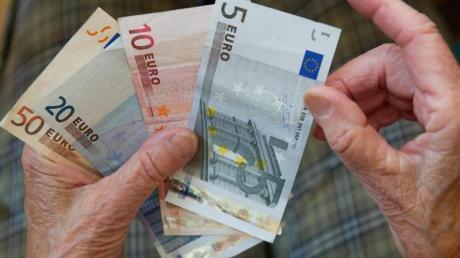 Rentner können noch in diesem Sommer mit der Anpassung ihrer Bezüge rechnen. In welchem Monat das Plus erstmals ausgezahlt wird, hängt vom Rentenbeginn ab.