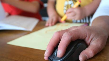 Muss ein Elternteil wegen der Kinderbetreuung zu Hause bleiben, fehlen Arbeitgebern rund elf Prozent der Erwerbstätigen. Das ist das Ergebnis einer Studie.