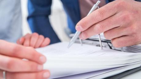 Vereinbarungen zu sogenannten Minusstunden im Job finden Arbeitnehmer in ihrem Arbeitsvertrag oft eher unter Stichworten wie Gleitzeit oder Vertrauensarbeitszeit.