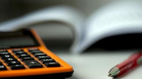 Buch führen über die Einnahmen und Ausgaben - das verschafft Überblick und hilft dabei, Geld zu sparen.