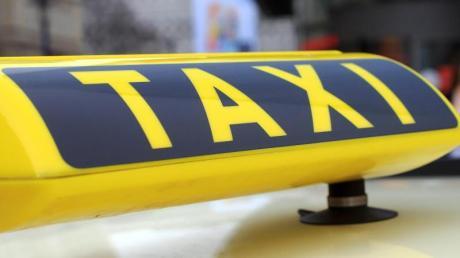 Mehrere Verletzte sowie einen hohen Schaden verursacht ein 45-jähriger Taxifahrer am Dienstag bei Ebersbach. Beim Wenden übersieht er ein Auto.