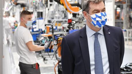 MinisterpräsidentMarkus Söder (CSU) hat sich bei einem Besuch in Ingolstadt über die Pandemie-Schutzmaßnahmen bei Audi informiert.