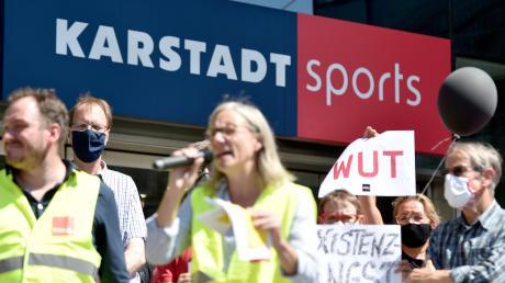 Am Freitag gab es - wie in Dortmund zum Beispiel - Demonstrationen gegen die Schließungspläne von Galeria Karstadt Kaufhof und Karstadt Sports.