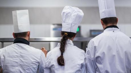 Für manche Berufe ist spezielle Berufskleidung vorgeschrieben - wie etwa Kochmütze und Kochjacke.
