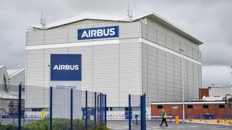 Der Flugzeugbauer Airbus will wegen der Luftfahrt-Krise weltweit 15.000 Stellen streichen.