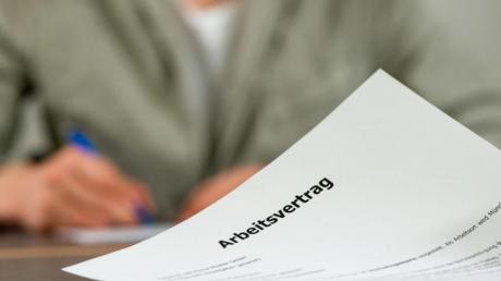 Enthalten Arbeitsvertrag und Betriebsvereinbarung unterschiedliche Regelungen zu einem Thema, gilt das, was für die Arbeitnehmer besser ist.