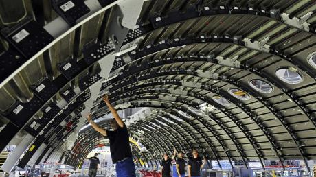 Produktion von Leichtbau-Teilen für Flugzeuge bei Premium Aerotec.