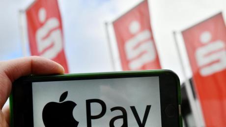 Ab Spätsommer sollen Sparkassenkunden auch mit Apple Pay in Geschäften bezahlen können. Abgebucht wird das Geld dann direkt von ihrem Girokonto.