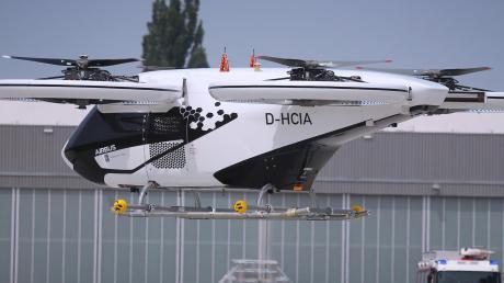 Da fliegt er, der CityAirbus. Nach ersten Versuchen auf dem Gelände von Airbus Helicopters in Donauwörth hat das Flugtaxi nun in einem Testzentrum bei Ingolstadt abgehoben.