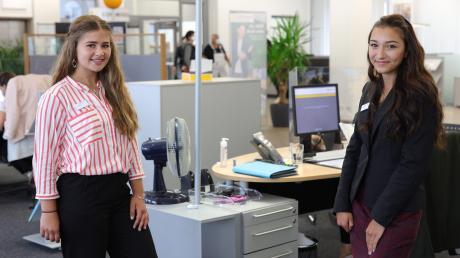 Lisa Jessica Kleinheinz (links), 15, und Daniela Caleta, 19, beginnen eine Ausbildung zur Bankkauffrau. Damit könnten ihre Karrieren beginnen.