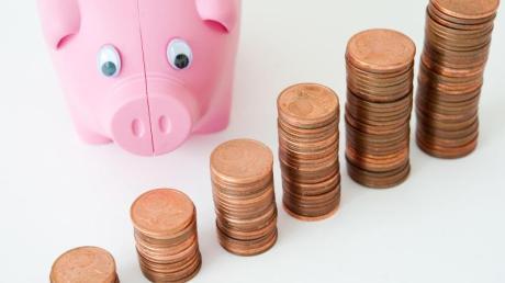 Manche Banken verlangen für Guthaben auf dem Konto ab dem ersten Euro Strafzinsen. Für Kunden kann sich ein Wechsel lohnen.