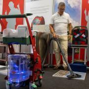 """Robert Wiedemann von der Firma Beam mit dem Dampfsauger """"Blue Evolution"""". Das Gerät kann auch Aerosole unschädlich machen."""