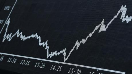 Als Folge der Corona-Krise fiel der Deutsche Aktienindex im Frühjahr unter die Marke von 9000 Punkten. Inzwischen steht der Dax aber fast wieder so hoch wie vor dem Absturz.