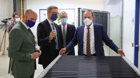 Der bayerische Wirtschaftsminister Hubert Aiwanger besichtigte die Fertigung.Von links: Fabian Mehring (MdL; Freie Wähler), Jürgen Gallina, Reiner Egner und Hubert Aiwanger.