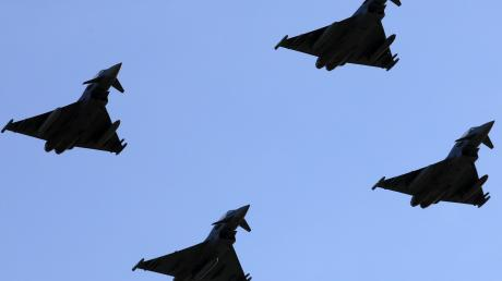 Die Überflüge der  Eurofighter zum Jubiläum in Neuburg sollen bei weiß-blauem Himmel stattfinden.