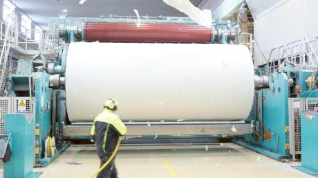 An drei großen Maschinen wie dieser stellt das Unternehmen UPM in Schongau unter anderem Zeitungspapier her. Jetzt ist das Werk Teil eines besonderen Forschungsprojekts zur Energiewende.