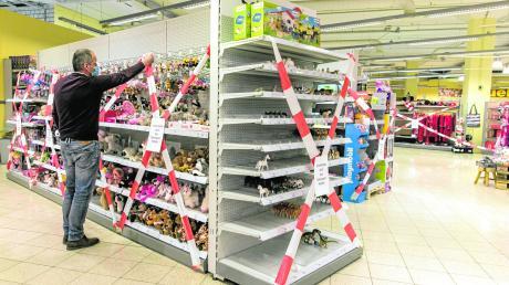 Nicht zugreifen, bitte. Viele Supermärkte müssen derzeit Randsortimente sperren, wie hier Kaufmarkt in Kempten.