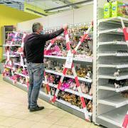 Nicht zugreifen, bitte. Viele Supermärkte müssen derzeit Randsortimente sperren. In Kempten wurde die Anordnung gekippt.
