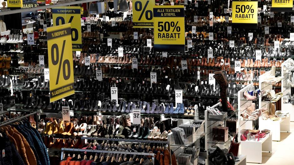 Volle Verkaufsflächen, aber keine Käufer: In dieser Filiale von Schuh Schmid in Augsburg sieht man die schwierige Situation im Handel auf einen Blick.