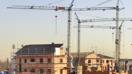 2019 wurden in Deutschland 83804 Einfamilienhäuser, 9653 Zweifamilienhäuser sowie 14402 Mehrfamilienhäuser gebaut. Experten warnen, dieses Tempo könnte etwas zu hoch sein.