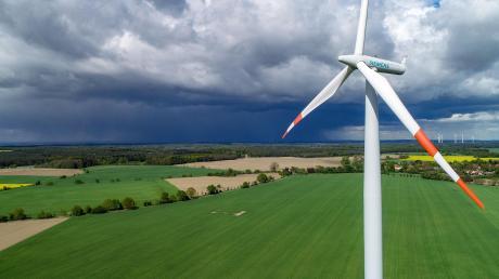 Dunkle Wolken ziehen für Siemens Energy auf: Das Unternehmen will grüner werden und plant, 7800 Arbeitsplätze zu streichen.