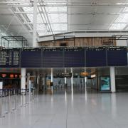 Die Check-in-Halle im Terminal 2 des Münchner Franz-Josef-Strauß-Flughafens ist aktuell immer sehr leer. Auf dem Bild ist es kurz vor elf an einem Wochentag. Nur noch 14 Abflüge stehen an.