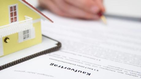 Beim Grundstückskauf sollten die Vertragsparteien auf etwaige Rechtsmängel achten.