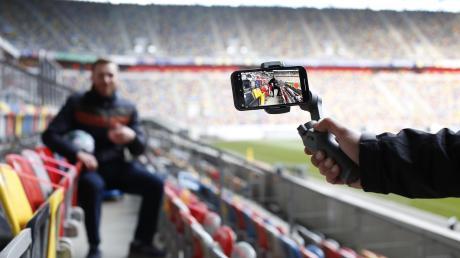 Fußball-Berichterstatter versprechen sich durch 5G-Technik in den Stadien Vorteile, weil Kabel entfallen. Aber auch die Fans können besser surfen – wenn sie nach Corona eines Tages wieder ins Stadion können.