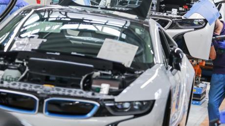 Mitarbeiter im BMW-Werk Leipzig arbeiten in der Montage des i8. Der Münchner Autobauer hatte durch den Chip-Mangel bisher weniger Ausfälle als die Konkurrenz.