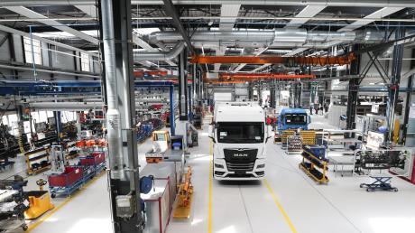 In dieser Halle des MAN eMobility Centers werden zukünftige Produktionsabläufe für die Fertigung von Elektrolastwagen getestet. 2024 will der Konzern damit in Serienproduktion gehen.