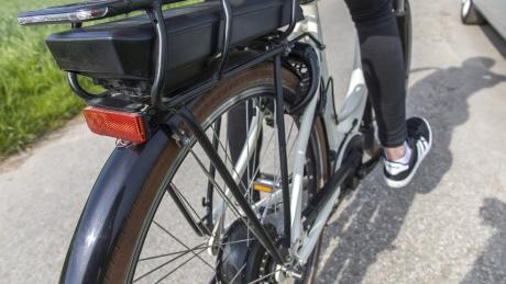 Ein Unbekannter hat in Obenhausen ein E-Bike gestohlen.