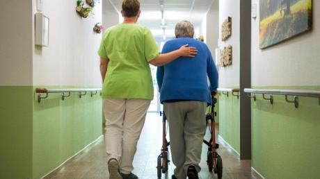 Trotz Lohnzuwachs bleibt der Personalmangel in der Altenpflege hoch.