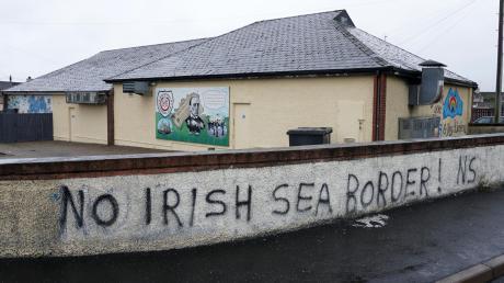 Vielen Menschen in Nordirland sind die nach dem Brexit fälligen Kontrollen an der Seegrenze ein Dorn im Auge.
