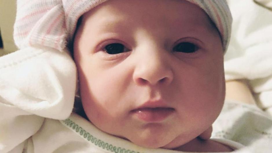Baby Emma liegt am 25. November, dem Tag ihrer Geburt, in einem Krankenhaus in der Nähe von Knoxville. Foto: Tina Gibson/National Embryo Donation Center/dpa