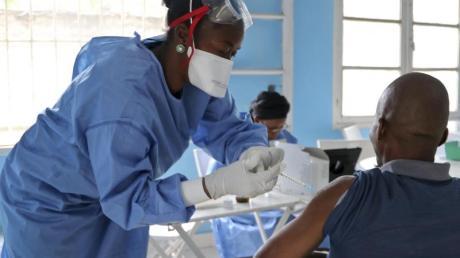 In Mbandaka im Kongo wird ein Mitarbeiter der Weltgesundheitsorganisation (WHO) gegen Ebola geimpft.