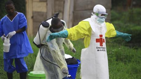Helfer reinigen sich nach der Arbeit in einem Behandlungszentrum gegen Ebola mit Desinfektionsmittel. Im Kongo sind inzwischen mehr als 2400 Menschen an dem Ebola-Virus erkrankt.