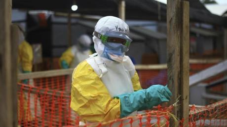 Ein medizinischer Helfer im Schutzanzug arbeitet in einem Ebola-Behandlungszentrum im Kongo. Im Nachbarland Uganda ist die lebensgefährliche Virus-Erkrankung nun auch nachgewiesen worden.