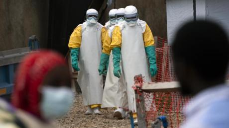 Medizinisches Personal in Schutzanzügen in einem Behandlungszentrum für Ebola-Erkrankte im kongolesischen Beni.