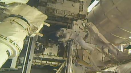 Astronaut Andrew Morgan installiert an der ISS einen Adapter zum Ankoppeln vonTransportern.