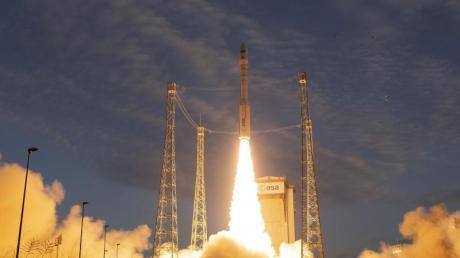 Eine Vega-Trägerrakete startet auf dem europäischen Weltraumbahnhof Kourou. Wirtschaftsminister Altmaier will die Möglichkeit eines deutschen Weltraumbahnhofs prüfen.