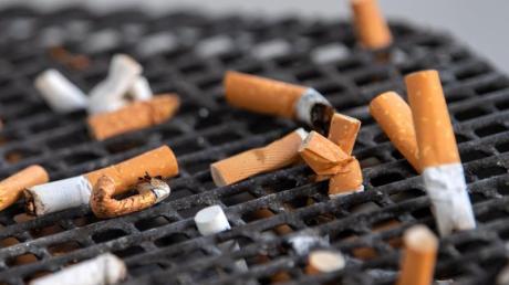 Die Filter von Zigaretten bestehen großteils aus einem schwer abbaubaren Kunststoff. Foto: Monika Skolimowska/zb/dpa