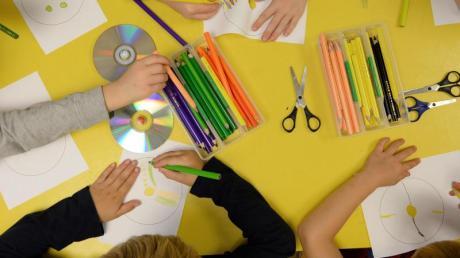 Vorschulkinder basteln in einer Kindertagesstätte. Foto: Daniel Reinhardt/dpa