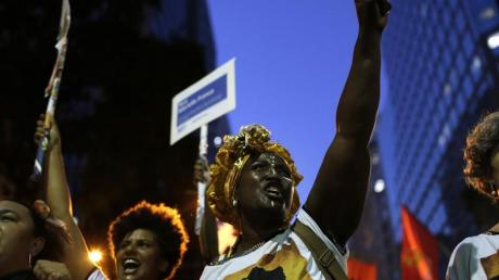 Frauen in Rio de Janeiro demonstrieren am Internationalen Frauentag im März für mehr Gleichberechtigung. Foto: Silvia Izquierdo/AP/dpa