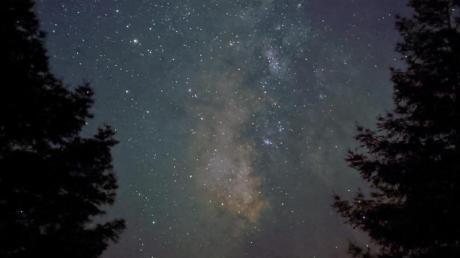 Sterne leuchten am Nachthimmel. Verlagert sich der Kampf um Rohstoffe eines Tages in das Weltall?. Foto: Google/dpa