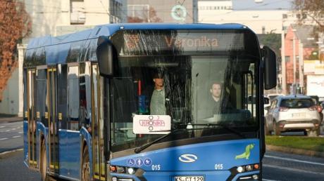 """Ein mit dem Verkehrslenkungssystem """"Veronika"""" vernetzter Bus fährt auf der Teststrecke."""