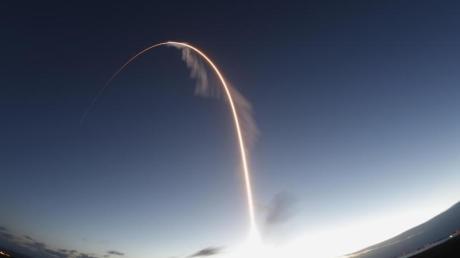 Eine Langzeitbelichtung zeigt den Start einer Atlas-5-Rakete mit Boeings Starliner-Raumschiff «Starliner» in der Morgendämmerung.