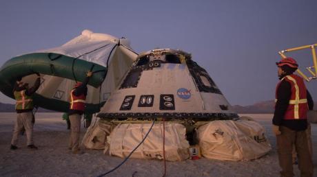 Mitarbeiter von Boeing, NASA und der US-Armee inspizieren die «Starliner»-Kapsel nach deren Landung in der Wüste von New Mexico.