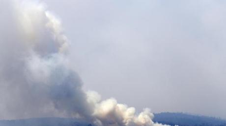 Im Küstenort Eden im australischenBundesstaat New SouthWales steigt Rauch auf.