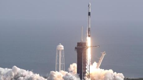 Eine Falcon 9 Rakete des Raumfahrtunternehmens SpaceX startet zum Testflug. Dabei simulierte SpaceX ein Notfall-Rettungsystem seiner «Dragon»-Kapsel.